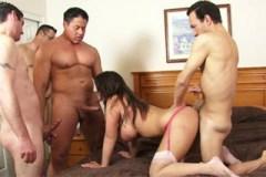 Manžel vystrojil své ženě gangbang v ložnici!