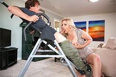 Julia Ann zneužije vertikální polohy bezmocného vyznavače fitnes stylu