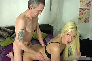 Mladá tranny Kimberly předvede to nej ze svého umění – shemale porno