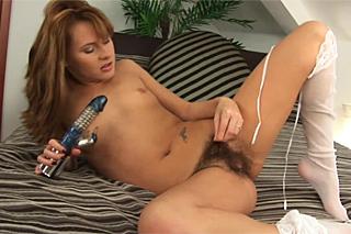 Zuzana ze série ,sex za peníze, si dráždí chlupatou dírku vibrátorem