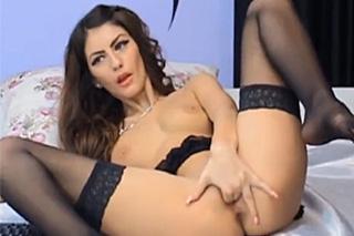 Kudrnatá kráska si prstuje kundičku před webkamerou!
