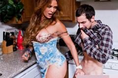 Kuchyňské šukáníčko s maminou nejlepšího kamaráda! (Monique Fuentes a Joey Brass)