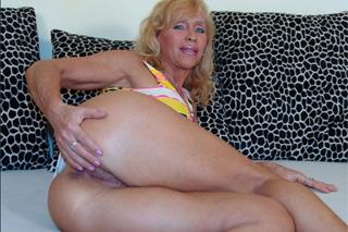 Sexy mamina Lenda oprcaná mladým sousedem v kuchyni!