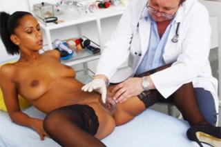Zvrhlý starý gynekolog poškádlí kundičku exotické pacientky (Isabella Chrystin)