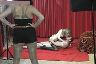 Česká amatérka v masce natočí studiové porno se svým přítelem!