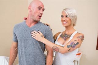 Potetovaná blondýna prcá se ženatým malířem! (Kleio Valentien a Johnny Sins)