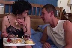 Klučina po snídani opíchá a pomočí vlastní babičku – rodinné porno