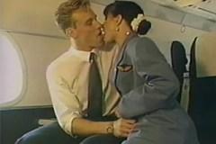 Letuška Madison Stone souloží s pilotem na palubě letadla – retro porno