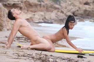 Mladá rekreantka šuká na pláži s instruktorem surfingu! (Apolonia Lapiedra)
