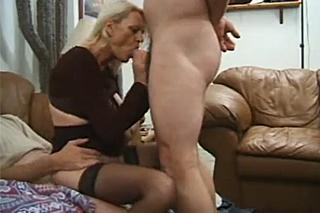 Vitální babička zvládne uspokojit dva ztopořené penisy