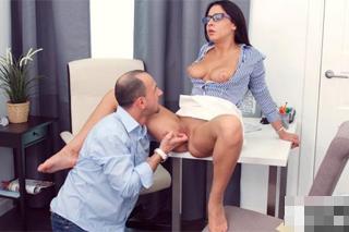 Brýlatá studentka Kathy se vyspí se soukromým učitelem!