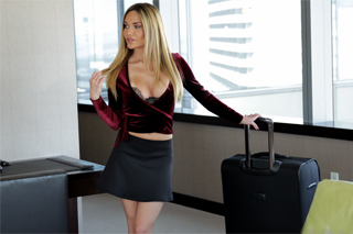 Pornokalendář DV 7.10 – Bohatá milf Justýna něžně souloží s hotelovým recepčním