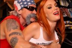 Sex na rozloučenou, aneb starý motorkář šuká brigádnici v garáži! (Dani Jensen)