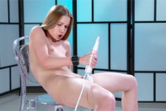 Alexis Crystal si pohraje s masážním vibrátorem – squirt porno