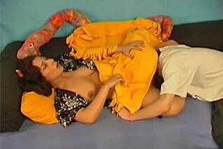Klučina se vrhne na spící matku svého kamaráda!