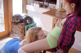 Spolubydlící Sonia a Zelder v lesbickém spojení