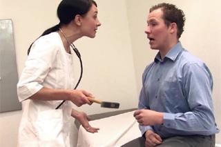 Česká doktorka Valeria Jones přinucena k sexu německým pacientem!