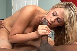 Rozvedená milf prožije squirt s černošským poslíčkem!