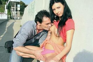 Česká holka Milana šoustá s přítelem v parku!