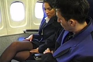 Pornokalendář DV 29.4 – Pasažér Robert oprcá letušku na palubě letadla
