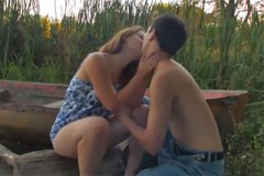 Mladý pár šoustá během rande u vody!