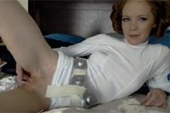 Princezna Leia si poškádlí kundičku před webkamerou