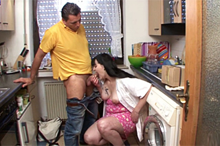Rozvedená panička šoustá s kurýrem v kuchyni!