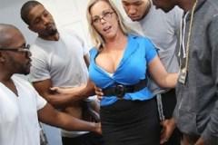 Černí studenti oprcají ženu majitele místo nájmu! (Amber Lynn Bach)