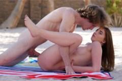Pornokalendář DV 28.7 – Dlouhovlasý Viktor ošoustá přítelkyni ráno na pláži