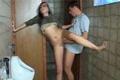 Pornokalendář DV 3.7 – Radomír prcá snoubenku na záchodě v restauraci
