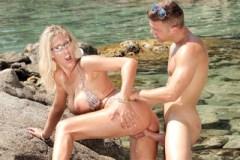 Prsatá Lana Vegas mrdá s náhodným mužem během dovolené na pláži