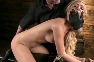 Svázaná a mučená blondýnka Lyra Law!