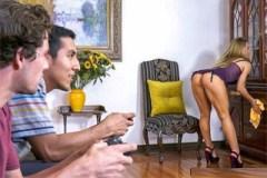 Atraktivní mamina prcá v koupelně se synovým kamarádem! (Nicole Aniston a Tyler Nixon)