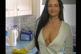 Hospodyňka potěší penis zaměstnavatele v gumových rukavicích! (Vlastní pohled)