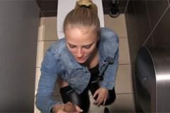 Pornokalendář DV 7.10. – Vnadná Justýna si vrzne s přítelem na záchodě restaurace