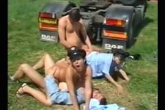 Řidiči bez dokladů prcají nezbedné policistky na louce – starší české porno
