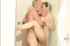 Mladý pár se načne už ve sprchovém koutě!