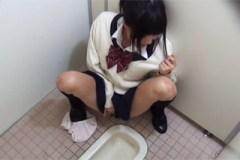 Neukojená asijská studentka masturbuje na toaletách ve škole