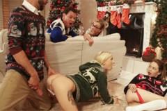 Pornokalendář DV (Boží hod 25.12) – Rodinné orgie u vánočního stromečku!
