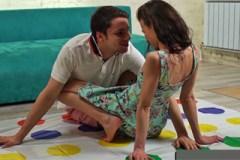 Studentský pár na to vlítne při hře Twister!