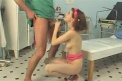 Pornokalendář DV (Gizela, 18.2.) – Doktor šoustá s mladou pacientkou na lůžku v ordinaci