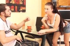 Sexuchtivá přítelkyně Liana servíruje anální dírku na jídelním stole!