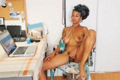 Nevyholená ebony Lola Rose si to udělá dildem při sledování porna