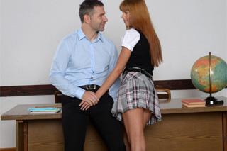 Školačka Kitty Lovedream studuje penis třídního učitele