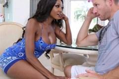 Černošská mamina si zašuká s bílým kamarádem svého syna! (Diamond Jackson)