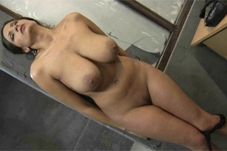 Bachař šoustá prsatou vězenkyni Sensual Jane