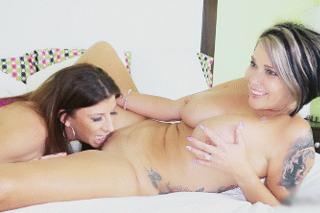 Cestovatelka prožije lesbický románek s majitelkou bytu! (Melissa Dawson a Sara Jay)