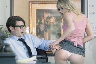 Mladý šéf Bradley Brennan opíchá sexy recepční Staci Carr!