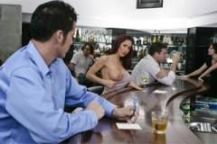 Nevěrná Kylee Strutt souloží za zády manžela na toaletě v baru