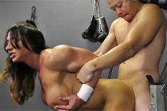 Pornokalendář DV (Sáva, 14.11.) – Kulturistka Brandi Mae šoustá ve fitku